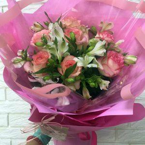 Букет троянди з альстромеріями