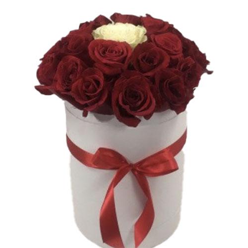 """Коробочка 21 троянда """"Неповторна"""" 20 червоних та одна біла троянда"""