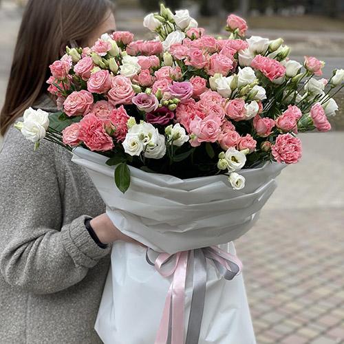 Букет з рожевих та білих еустом