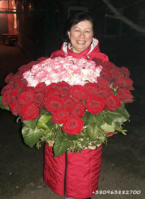 червоні троянди та Джумілії у кошику