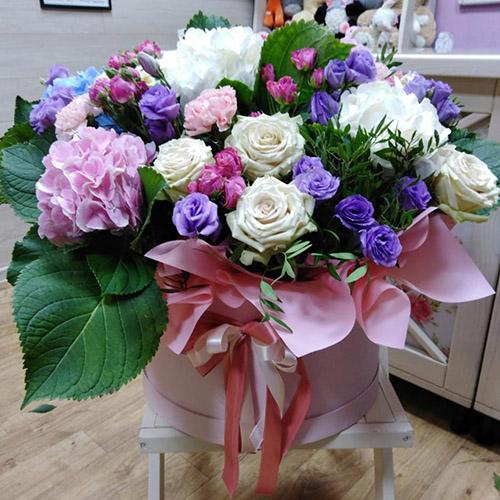 велика і яскрава коробка квітів з бантиком для коханої